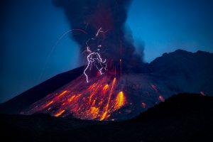Schmutzige Vulkan-Gewitter
