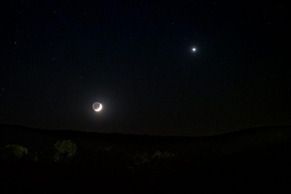 Mond im Erdschein und Venus